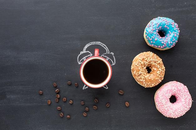 Donuts surtidos y concepto de reloj