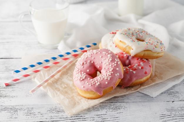 Donuts con vaso de leche