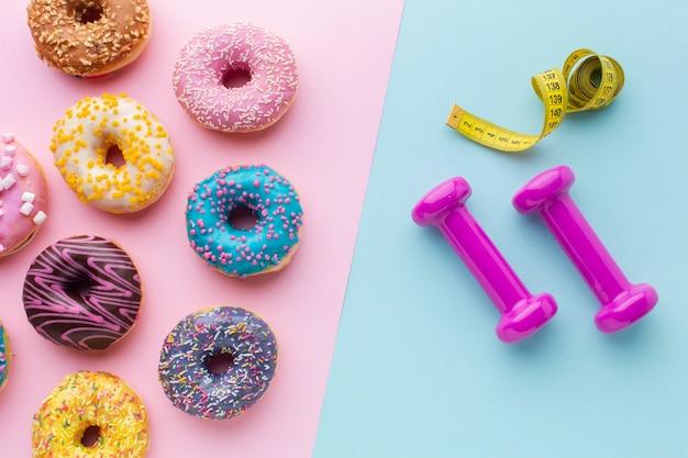 Donuts y vista superior del equipo de gimnasio