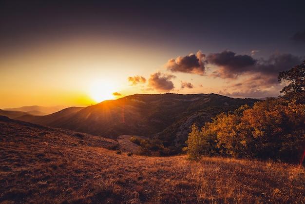 Dorado atardecer en las montañas de otoño