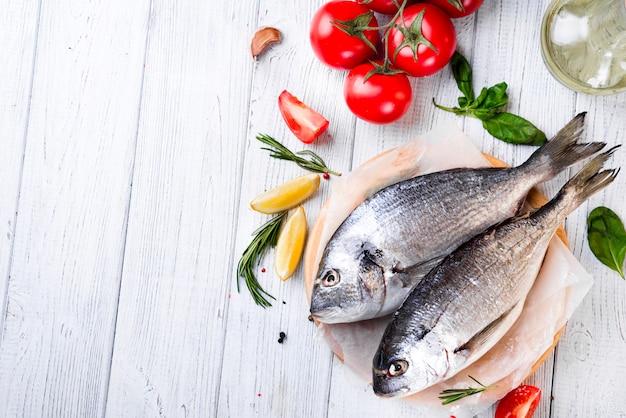 Dorado de pescado crudo fresco