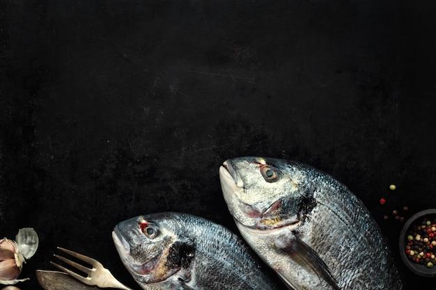 Dorado pescado con ingredientes en oscuro