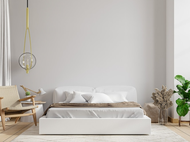Dormitorio blanco con sillón en la pared.