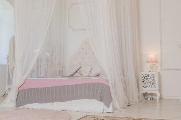 Dormitorio en colores claros y suaves.