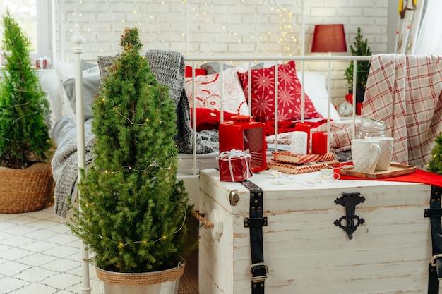 Dormitorio decorado para navidad cerca
