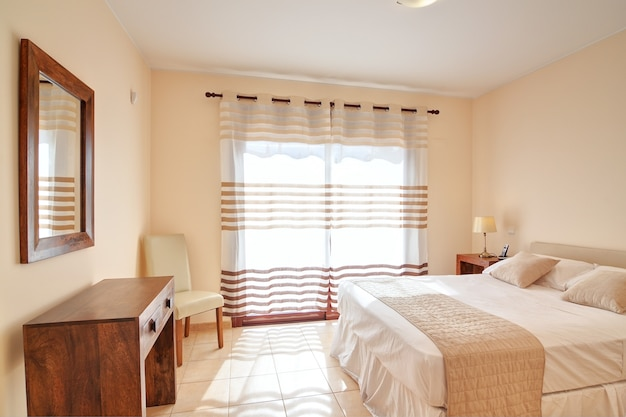 Dormitorio para dos personas en color marrón. en decoración.