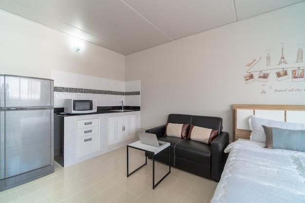 Dormitorio interior de lujo con sofá de cuero de sala y cocina en la misma área