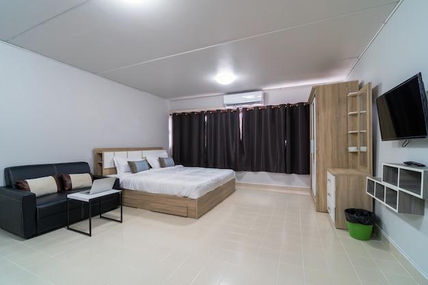 Dormitorio interior de lujo con sofá de cuero de la sala de estar, tipo de habitación tipo estudio de condominio