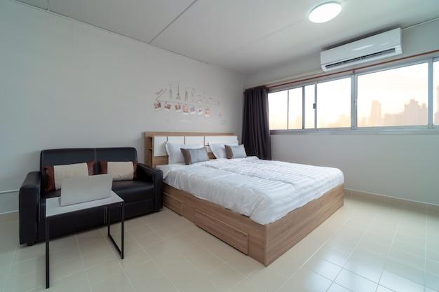 Dormitorio interior con sofá de cuero de la sala, estudio tipo de condominio o apartamento.
