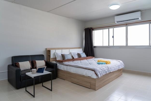 Dormitorio interior con sofá de cuero de sala, estudio tipo de condominio