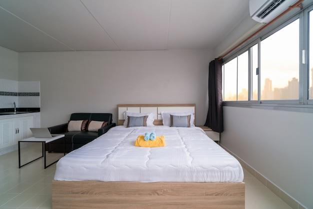 Dormitorio interior con sofá de cuero de salón y mesa de comedor.