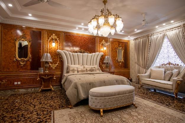 Dormitorio de lujo blanco con cama