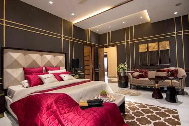 Dormitorio de lujo con cama
