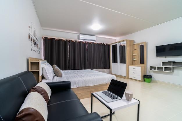 Dormitorio de lujo interior con sofá de cuero de sala de estar