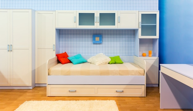 Dormitorio luminoso con cama y armario