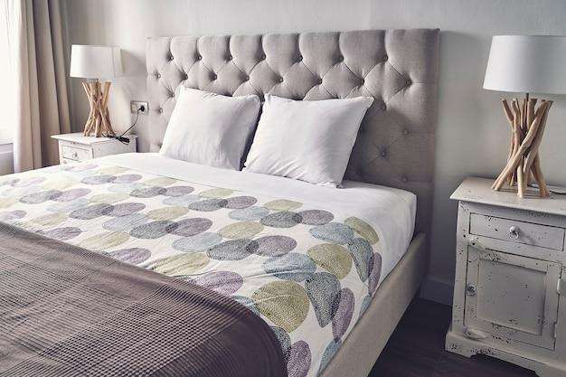 Dormitorio moderno en un apartamento