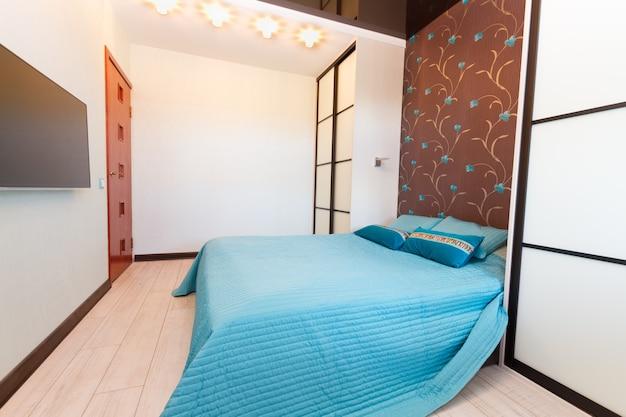 Dormitorio moderno con cama doble y tv plana