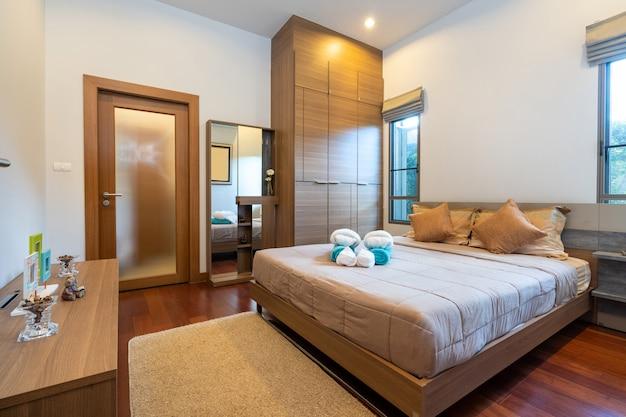 Dormitorio moderno con escritorio y ropa de cama.