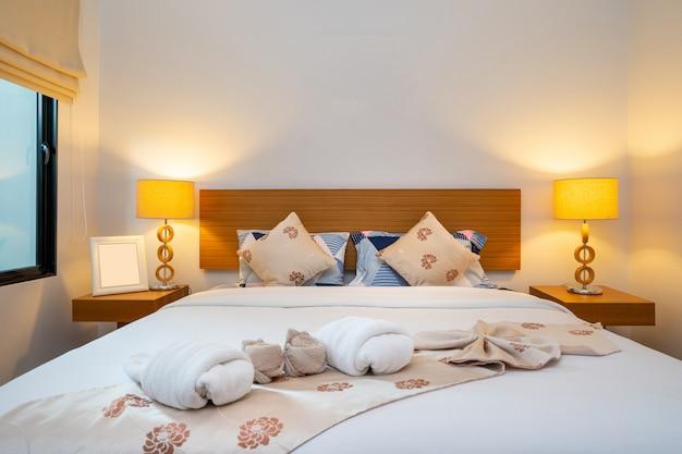 Dormitorio moderno y espacioso en casa de lujo