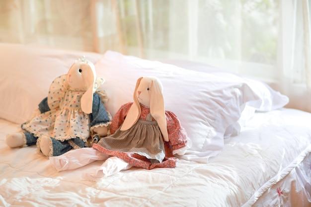 Dormitorio moderno con muñecas de conejo en la cama