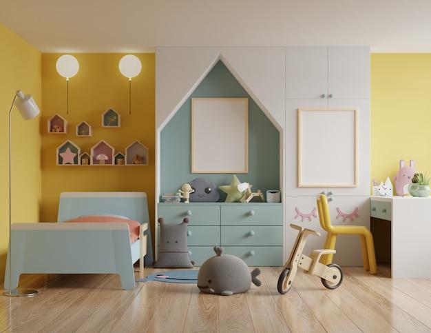 Dormitorio para niños con una casa en el techo y paredes amarillas / marco de póster de maqueta en la habitación de los niños
