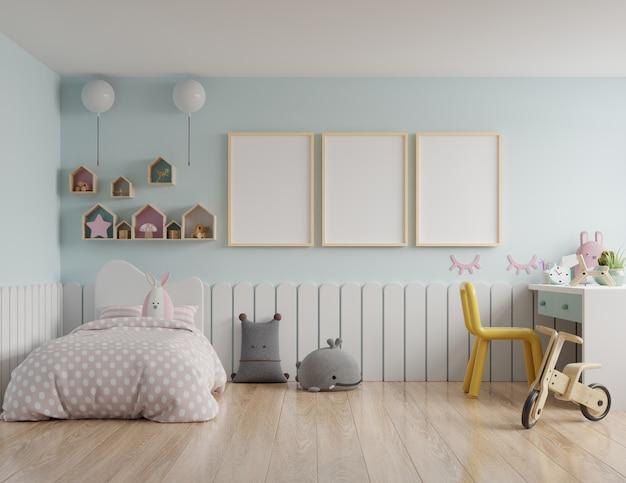 Dormitorio para niños con una casa en el techo y paredes azules / marco de póster de maqueta en la habitación de los niños