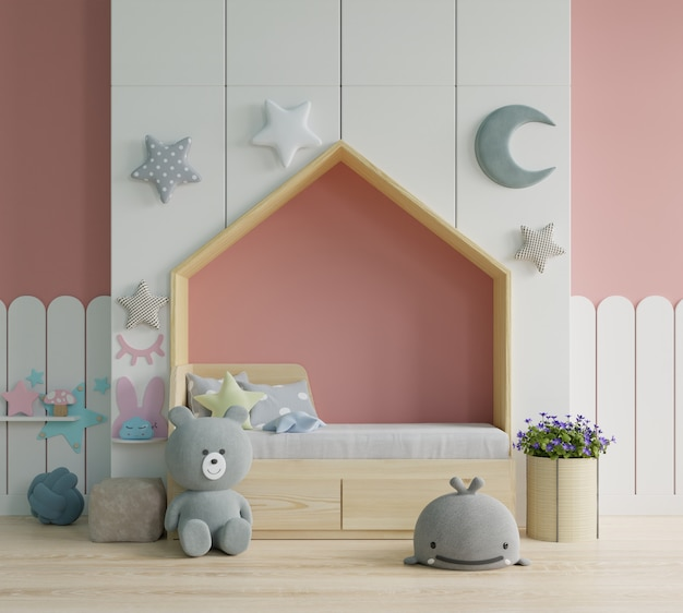 Dormitorio para niños / habitación infantil en el piso de la cama con almohadas en un dormitorio colorido