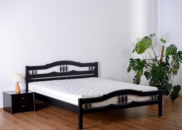 Dormitorio con pared vacía