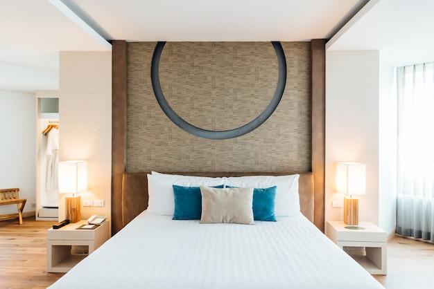Dormitorio principal decorado con tonos brillantes y cálidos.