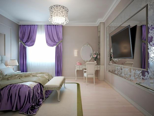 Dormitorio principal de lujo con gran espejo estampado en la pared
