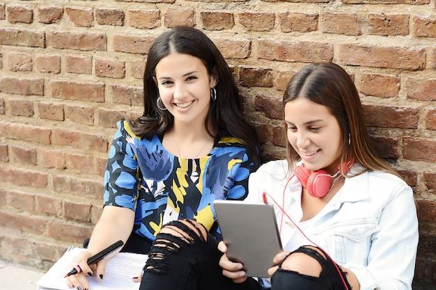 Dos alumnas se están preparando para los exámenes