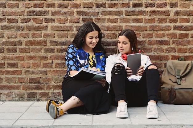 Dos alumnas se preparan para los exámenes.