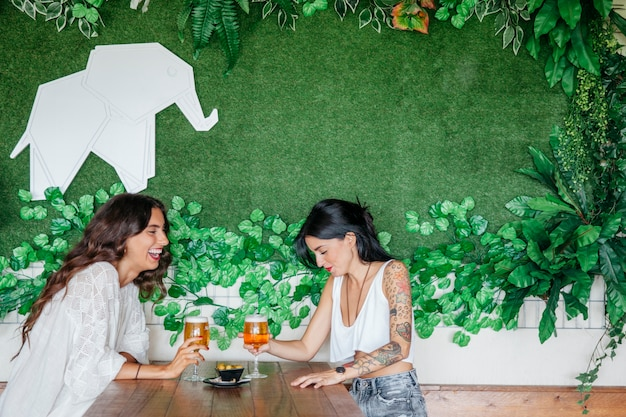 Dos amigas bebiendo cerveza