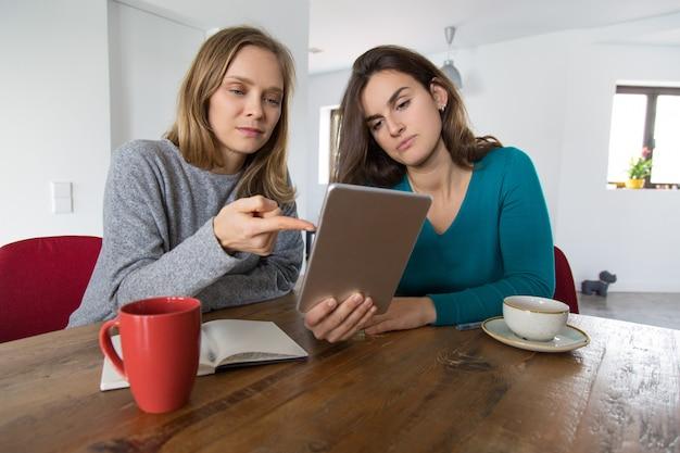 Dos amigas consultando internet