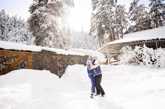 Dos amigas se divierten y disfrutan de nieve fresca en un hermoso día de invierno