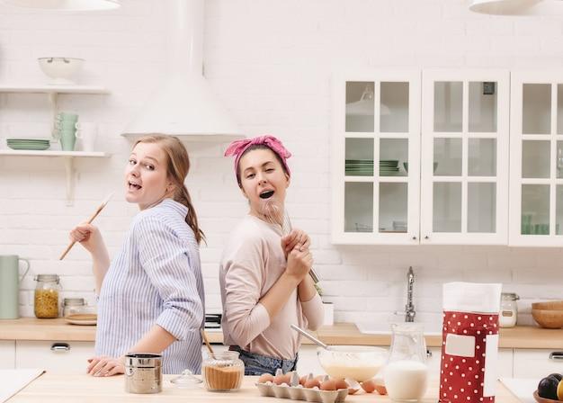 Dos amigos alegres cocinan juntos. amigos chef cocinar cocinar concepto