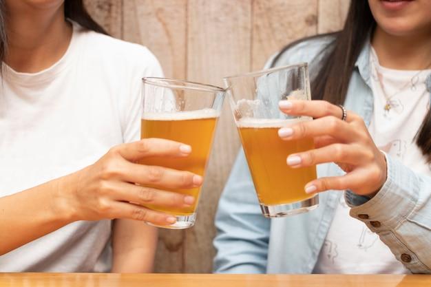 Dos amigos brindando con cervezas