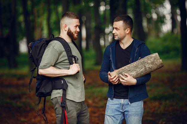 Dos amigos descansan en un bosque