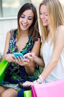 Dos amigos divertirse con smartphones