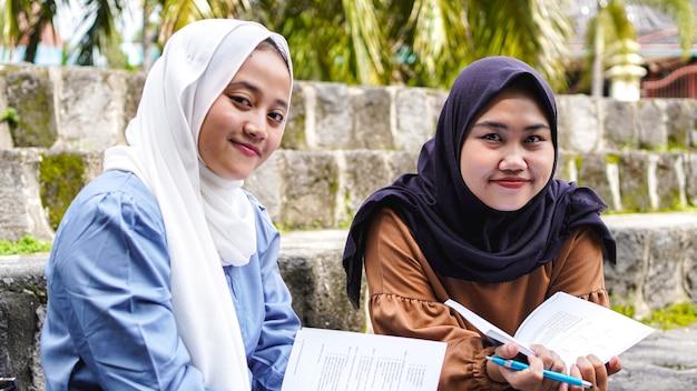 Dos amigos estudiante mujer asiática discutiendo
