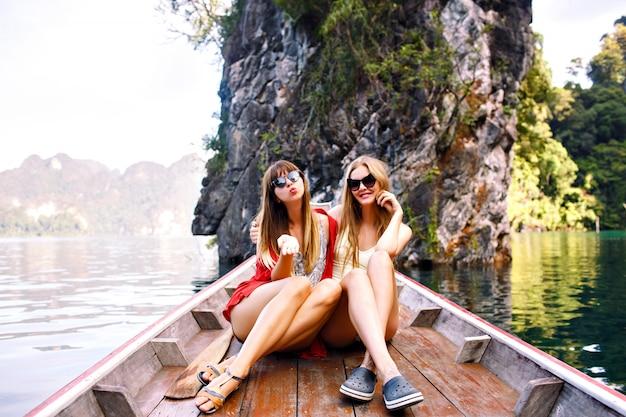 Dos amigos felices pasar vacaciones en el lago y las montañas de khao sok de tailandia
