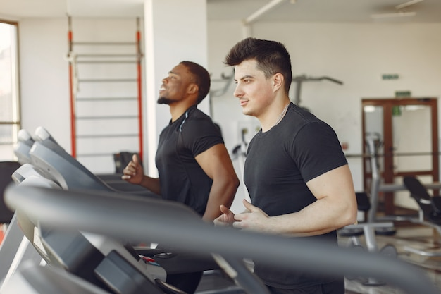 Dos amigos internacionales participan en un gimnasio