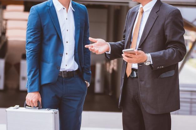 Dos amigos de negocios en la ciudad. equipo de negocios