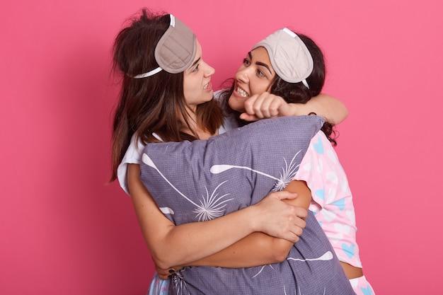 Dos amigos peleando durante la fiesta de pijamas.