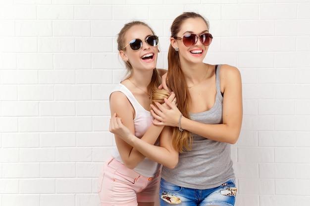 Dos amigos posando estilo de vida moderno