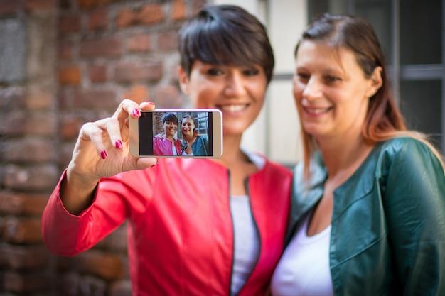Dos amigos se toman una selfie en una calle urbana