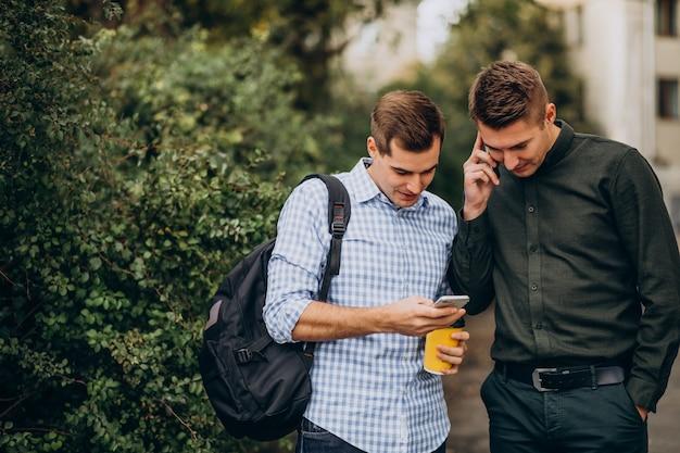 Dos amigos varones estudiantes tomando café