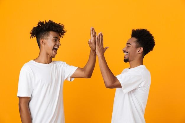 Dos amigos varones felices en camisetas