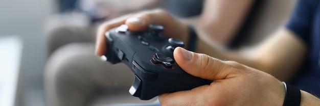 Dos amigos varones juegan videojuegos en casa