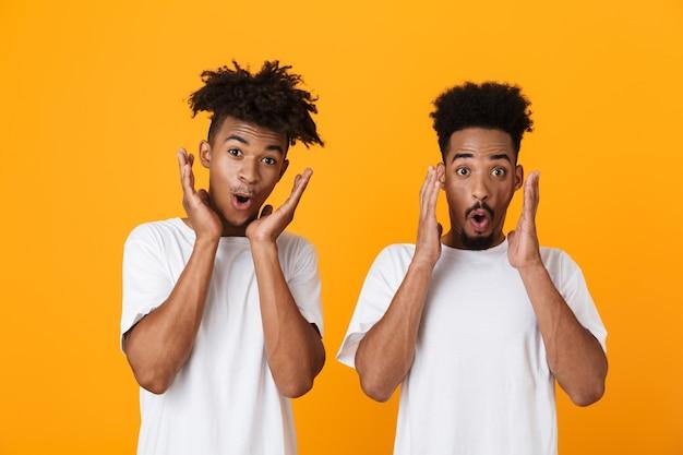 Dos amigos varones sorprendidos en camisetas